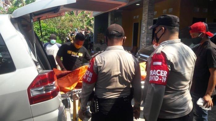 Polisi mengevakuasi jenazah ibu dan anak, warga Dusun 2 Ciseuti, Desa Jalan Cagak, Kecamatan Jalan Cagak, Kabupaten Subang, Jawa Barat, Rabu (18/8/2021). Mayat keduanya ditemukan bertumpuk di bagasi Alphard korban yang terparkir di garasi.