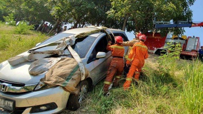 Pengemudi Ngantuk, Mobil Honda Mobilio Nyemplung ke KBT