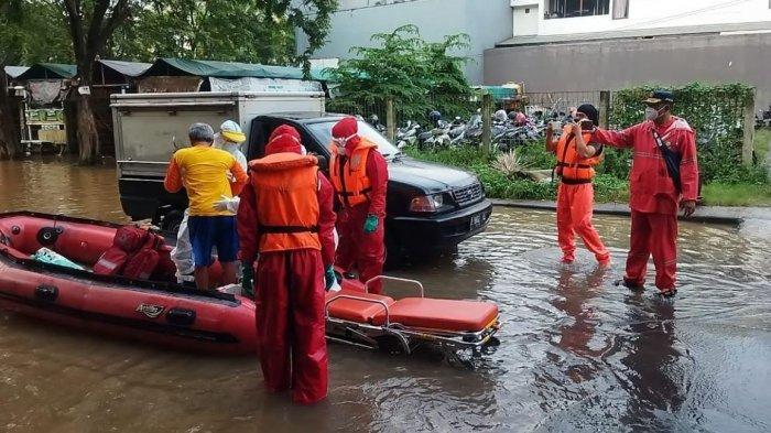 Personel Damkar Evakuasi Pasien Covid-19 yang Terjebak Banjir 2 Meter Saat Isolasi Mandiri