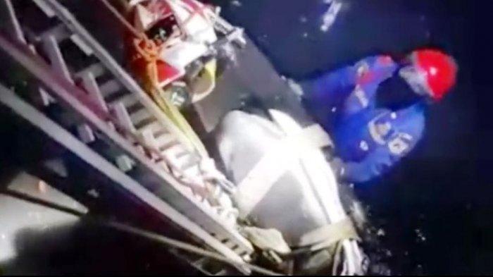 Kehilangan Kendali, Pengendara Motor Tercebur ke Saluran Air di Duren Sawit
