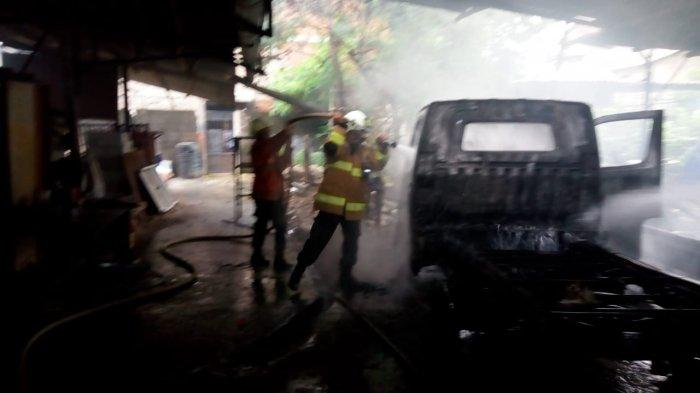 Sedang Dilas, Sebuah Mobil di Bengkel Ciracas Jakarta Timur Hangus Terbakar