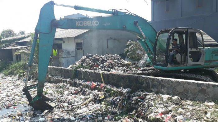 VIDEO Ratusan Personel Terjun Bersihkan Tumpukan Sampah Kali Bahagia Bekasi
