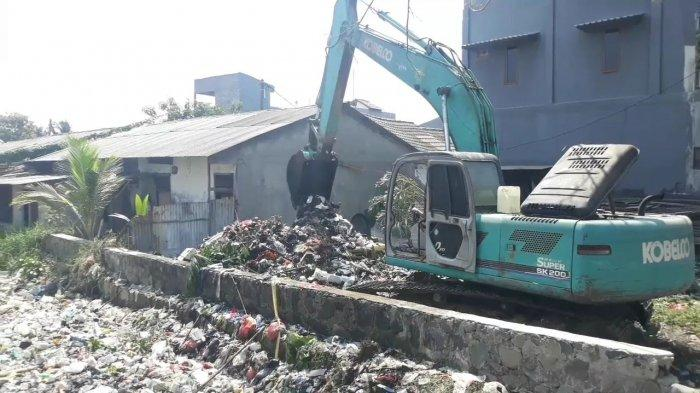 Ratusan Personel dan Alat Berat Diterjunkan, Baru 50 Ton Sampah yang Terangkut dari Kali Bahagia