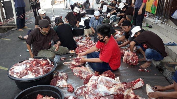 Proses pemotongan hewan kurban yang dilakukan di Matraman, Jakarta Timur, Sabtu (1/8/2020)