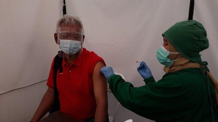 Suasana proses pemberian vaksin Covid-19 untuk lansia kategori umum di Puskesmas Kramat Jati, Jakarta Timur, Selasa (23/2/2021). Untuk mengantisipasi membludaknya peserta vaksinasi, Puskesmas Kramat Jati membagi tiga sesi. Sesi pertama pukul 08.00 WIB-10.00 WIB, sesi kedua pukul 10.00 WIB-12.00 WIB, dan sesi ketiga pukul 13.00 WIB-15.00 WIB.