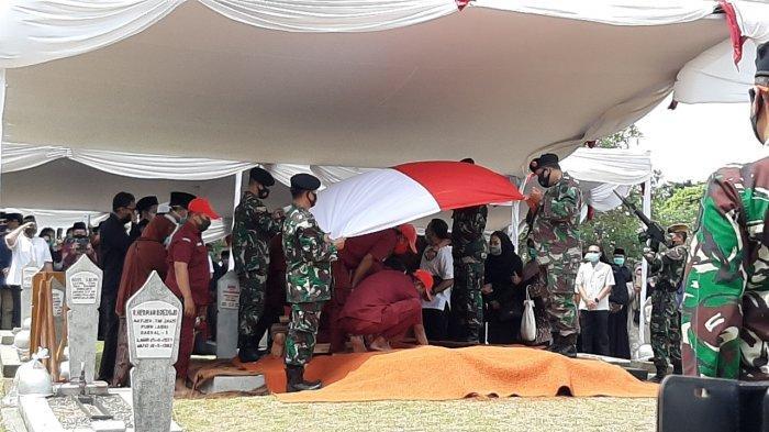 Prosesi pemakaman jenazah mantan Wantimpres Abdul Malik Fadjar di TMP Kalibata, Pancoran, Jakarta Selatan, Selasa (8/9/2020)