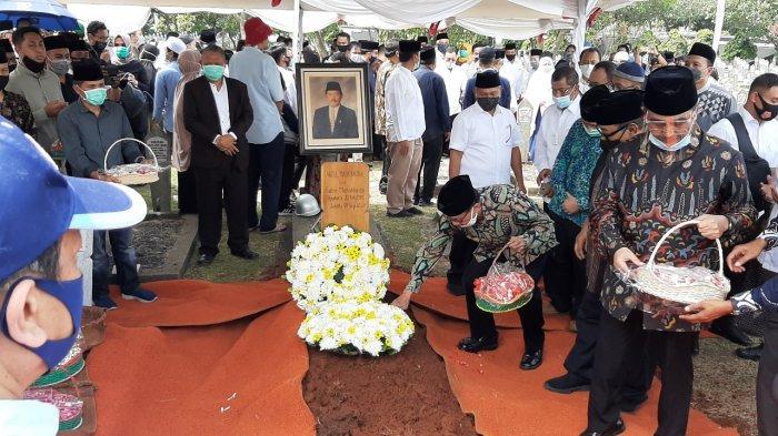 Menko PMK Muhadjir Effendy Pimpin Upacara Pemakaman Abdul Malik Fadjar di TMP Kalibata
