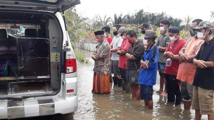 Viral Sejumlah Pria Salati Jenazah Covid-19 di Tengah Banjir, Begini Kisahnya