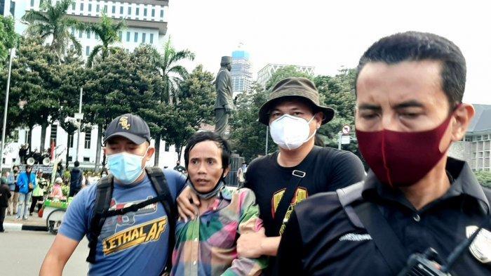 Seorang provokator massa aksi diamankan polisi pascaunjuk rasa menolak Undang-Undang Cipta Kerja, di Jalan Medan Merdeka Barat, Jakarta Pusat, Rabu (28/10/2020).