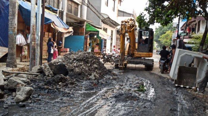 Proyek perbaikan saluran air di Jalan Pademangan III, Pademangan Timur, Pademangan, Jakarta Utara dikeluhkan warga karena berimbas sulitnya air bersih.