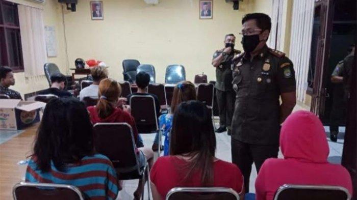 Satpol PP Kota Tangerang menggelandang 15 orang dari sebuah indekos di bilangan Kecamatan Ciledug, Kota Tangerang, pada Senin (22/3/2021). Indekos tersebut menjadi sarang prostitusi.