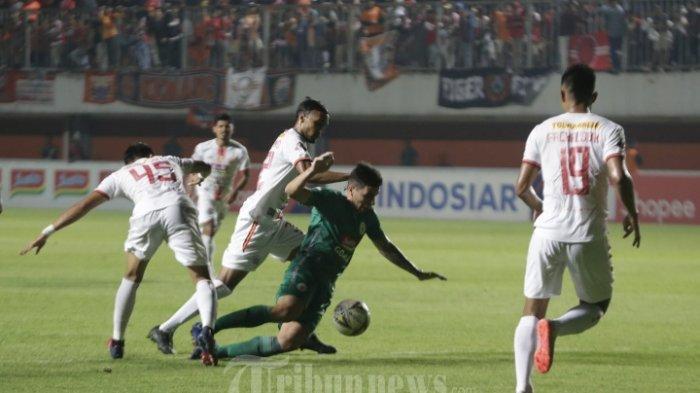 Pemain PSS Sleman, Brian Federico berebut bola dengan pemain Persija Jakarta saat lanjutan kompetisi Liga 1 2019 di Stadion Maguwoharjo, Sleman, DI yogyakarta, Kamis (24/10/2019). Dalam laga tersbeut PSS Sleman bermain imbang dengan Persija Jakarta dengans kor 0-0.