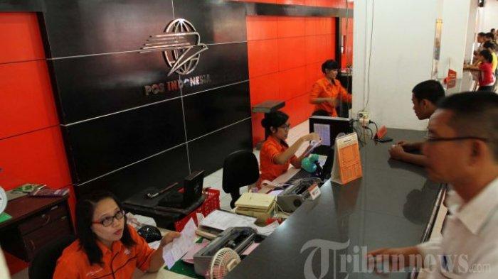 LAYANI PELANGGAN - Seorang Customer Servis sedang melayani pelanggan di Kantor Pos Jalan Merdeka Palembang, Kamis (11/7/2013). Selama bulan Ramadhan terjadi peningkatan transaksi pengiriman surat maupun barang. (TRIBUNSUMSEL/M.A.FAJRI)