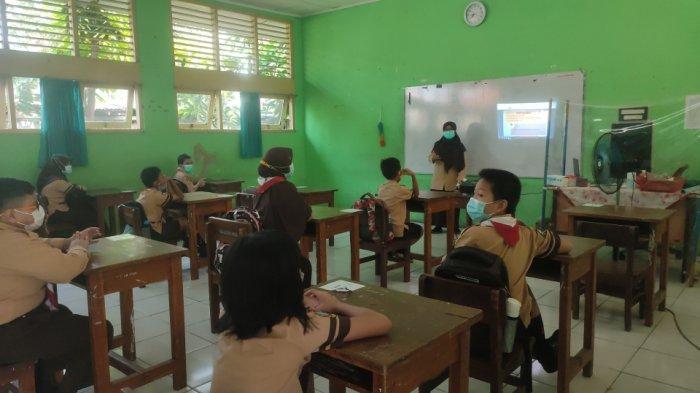 Puluhan siswa kelas IV SDN Jati 01 Pulogadung, Jakarta Timur jalani uji coba PTM Tahap II, Rabu (9/6/2021).