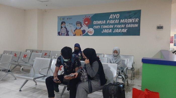 Suasana di keberangkatan Terminal Terpadu Pulogebang, Cakung, Jakarta Timur, Selasa (13/4/2021)