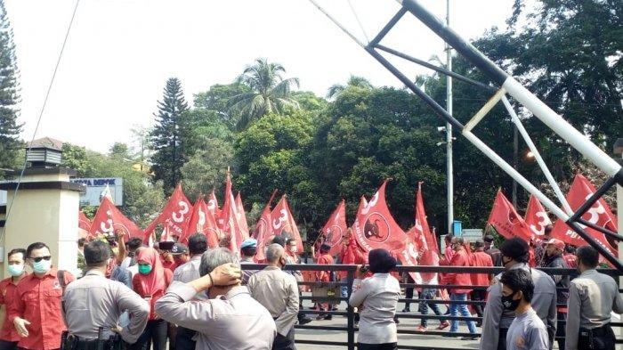 BREAKING NEWS Buntut Pembakaran Bendera, Puluhan Kader PDIP Polres Metro Depok
