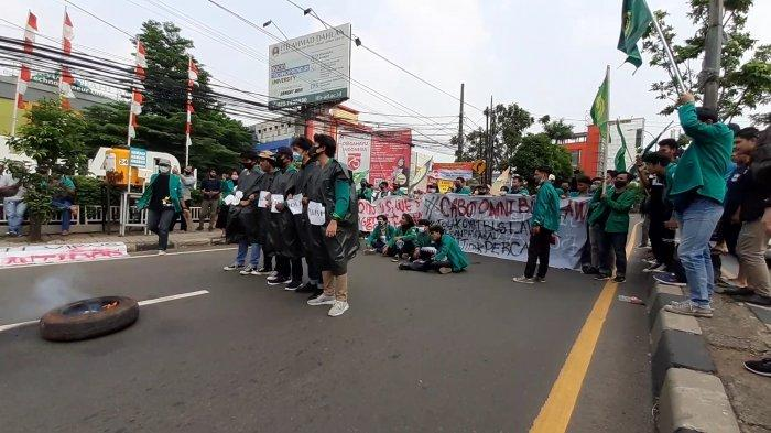 Mahasiswa UMJ Demo Teaterikal di Tengah Jalan, Arus Lalu Lintas Jalan Juanda Ciputat Diblokir