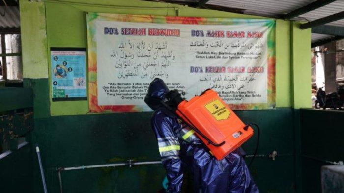 Ada Warga Positif Covid-19, Lingkungan Masjid Al Istiqomah di Tanjung Priok Disemprot Disinfektan