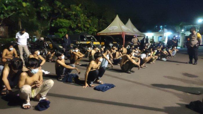 Puluhan remaja diamankan jajaran Polsek Pulogadung, Jakarta Timur saat patroli malam takbiran, Kamis (13/5/2021).