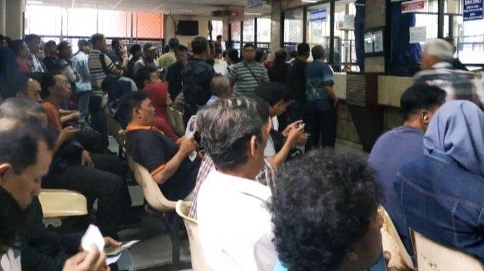 Hari Terakhir Pemutihan Pajak, Puluhan Warga Datangi Samsat Jakarta Timur