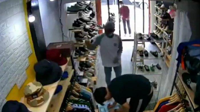 Pura-pura Minta Sumbangan, Maling Gasak Dompet dan Handphone Penjaga Toko di Pulogadung