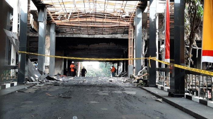 Pusat Laboratorium Forensik (Puslabfor) dan Inafis Polri melakukan olah tempat kejadian perkara (TKP) di gedung utama Kejaksaan Agung RI yang terbakar, Senin (24/8/2020).