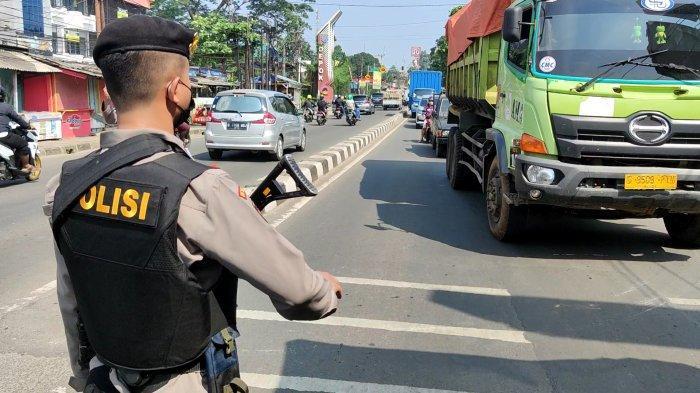PPKM Darurat Dijaga Polisi Bersenjata, Ratusan Kendaraan Diputar Balik Penyekatan di Sawangan Depok