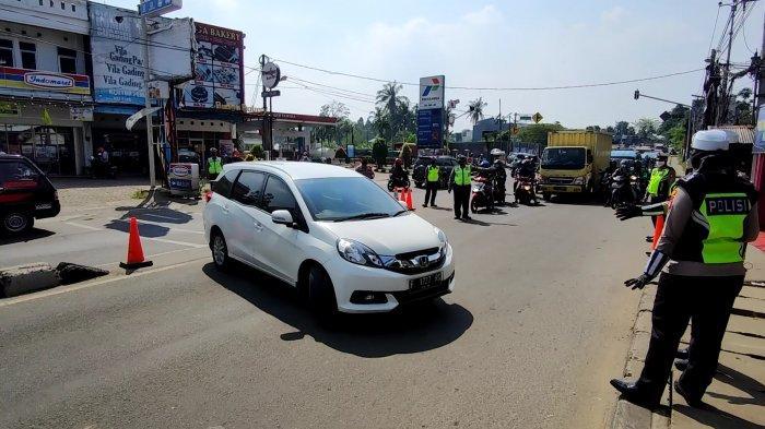 Petugas memutarbalik kendaraan berplat F di titik penyekatan PPKM Darurat kawasan Sawangan, Kota Depok, Sabtu (3/7/2021).