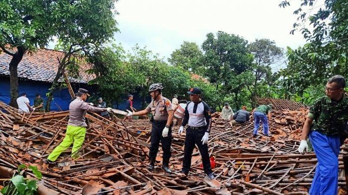 16 Rumah dan Satu Peternakan Ayam Rusak Akibat Puting Beliung di Tapos Kota Depok