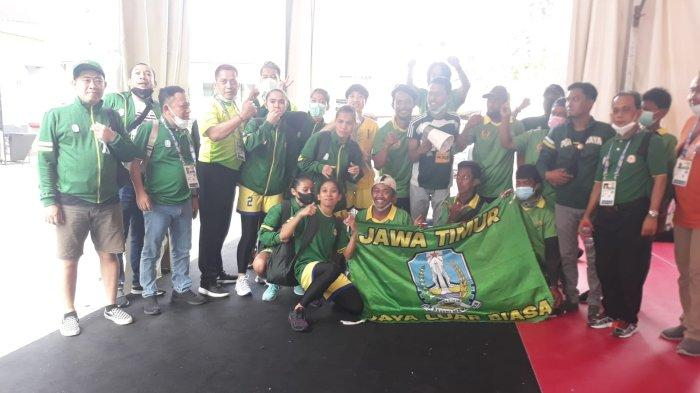 Tim sepak takraw putri Jawa Timur berfoto bersama suporter di GOR Trikora, Uncen, Kota Jayapura.