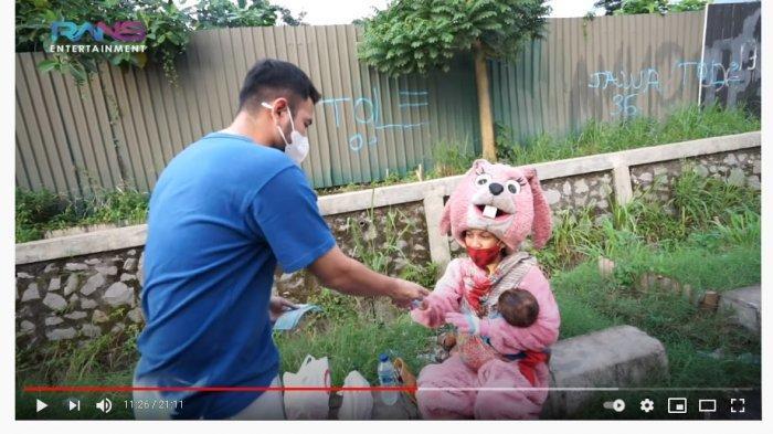 Senyum Bahagia Pedagang Kecil Diberi Rezeki oleh Raffi Ahmad, Ibu Berkostum Badut Ini Sampai Nangis