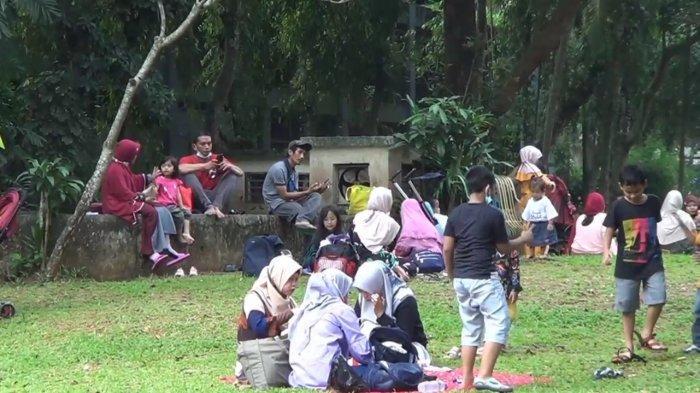 Taman Margasatwa Ragunan di Pasar Minggu, Jakarta Selatan, ramai didatangi pengunjung pada libur hari raya Waisak, Rabu (26/5/2021).