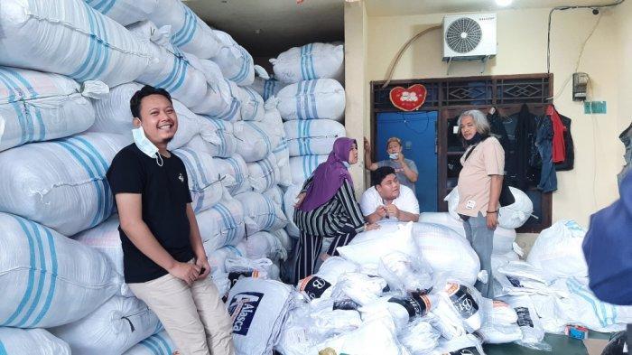 Rahmat dan Ranny, distributor bantal di Jalan SD Impres RT 3 RW 6 No 46 A, Cakung, Jakarta Timur, Jumat (12/2/2021). (TRIBUNJAKARTA.COM/NUR INDAH FARRAH)