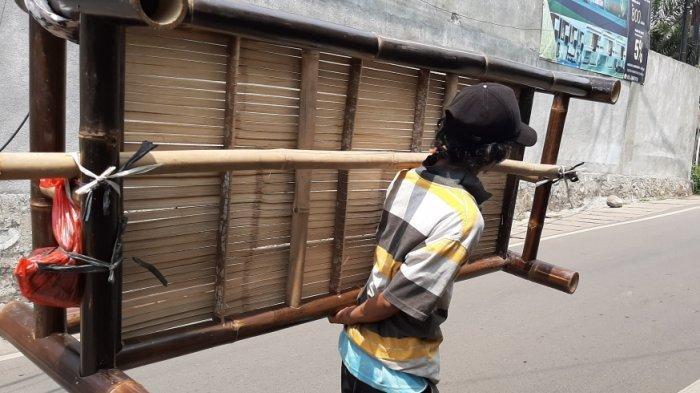 Cerita Rahmat, Sejak Usia 16 Tahun Keliling Dagang Bale Bambu: Lelah Terganti dengan Senyum Anak