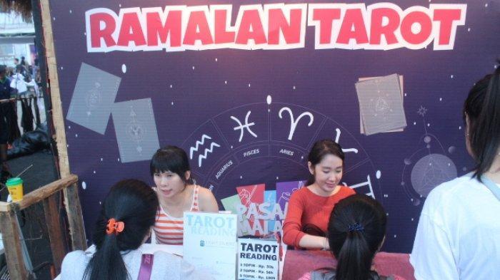 Pengunjung Jakarta Fair Antusias Antre di Stand Ramalan Kartu Tarot