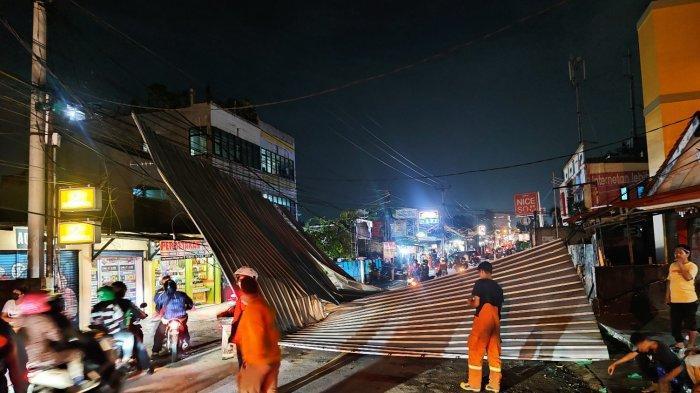 Rangka Atap Baja Ringan Terbang Tutup Jalan Raya Sawangan, Kendaraan Roda Empat Tak Bisa Melintas