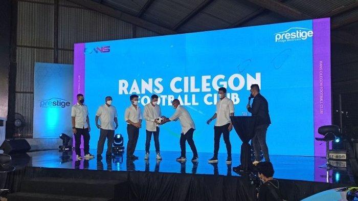 Konferensi pers akuisisi Cilegon United FC menjadi Rans United FC oleh Raffi Ahmad bersama pengusaha mobil Rudy Salim di showroom Prestige Motorcars, Penjaringan, Jakarta Utara, Rabu (31/3/2021).
