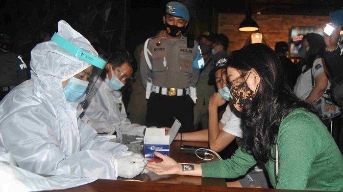 Kegiatan operasi yustisi rapid tes di Holywings Caffe Summarecon Bekasi yang dilakukan Satgas Covid-19 Kota Bekasi, Kamis (3/12/2020) malam.