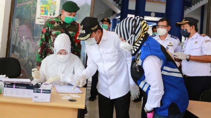 Puluhan penumpang serta pengemudi bus Terminal Poris Plawad Kota Tangerang menjalani rapid test antigen kerja sama antara Pemerintah Pusat dengan Pemerintah daerah guna untuk memutus mata rantai penyebaran Covid-19, Jumat (25/12/2020).