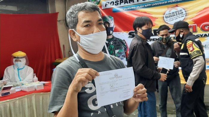 Sejumlah warga yang mengikuti rapid test antigen dan antibodi di pos PAM Polsek Pesanggrahan di Jalan Ciledug Raya, Jakarta Selatan, Minggu (27/12/2020).