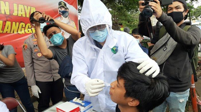 Suasana rapid test dan rapid test antigen di Pasar Induk Kramat Jati, Jakarta Timur, Selasa (29/12/2020).