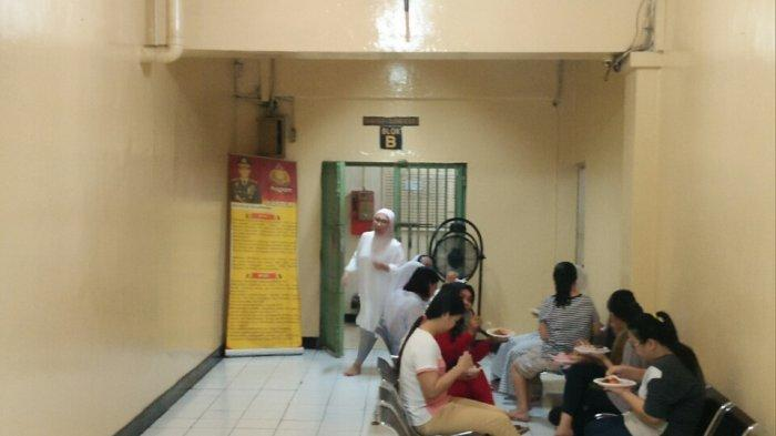 Ratna Sarumpaet Menyantap Lontong Usai Salat Id di Rutan Polda Metro Jaya