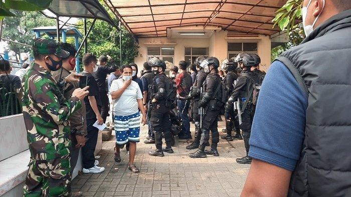 Ratusan polisi menggerebek sarang narkoba di Kampung Ambon, Cengkareng, Jakarta Barat.