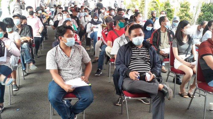 Ratusan warga Tangerang Selatan (Tangsel) antusias mengikuti vaksinasi Covid-19 yang digelar di pelataran Polres Tangerang Selatan (Tangsel), Jalan Raya Promoter, Serpong, Rabu (9/6/2021).
