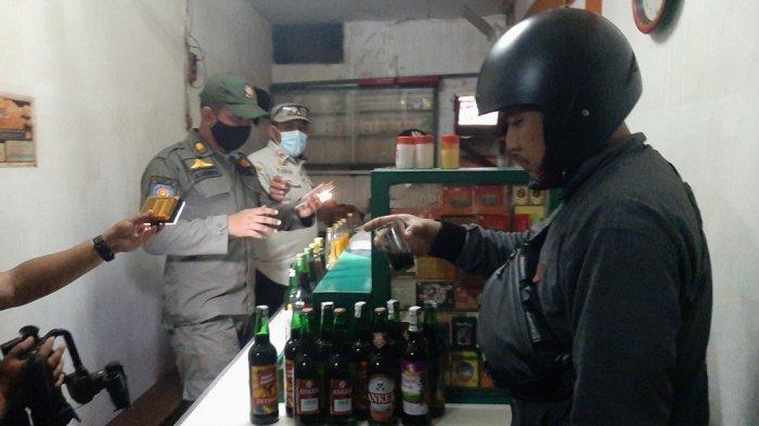 Petugas Gabungan Sita 66 Botol Miras dari Warung Jamu di Kelurahan Rambutan Jakarta Timur