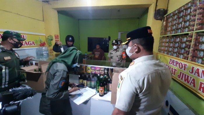 Petugas gabungan menggelar razia minuman keras (miras) di wilayah Kelurahan Rambutan, Ciracas, Jakarta Timur, pada Jumat (16/4/2021). 66 botol disita