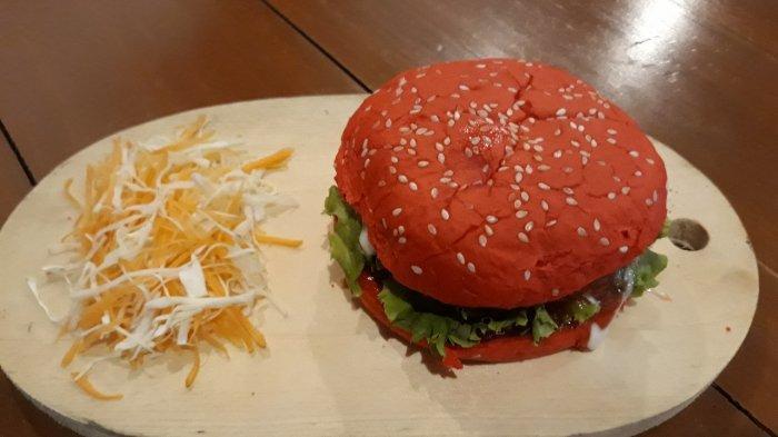 Bosan dengan Burger Biasa? Yuk Cobain Lembutnya Roti Burger Merah di Red Cafe