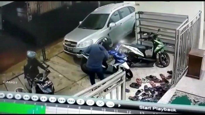 Motor Jemaah saat Salat Subuh di Masjid Mampang Dicuri, Saksi: Itu Buat Dagang Sayur dan Ngojek