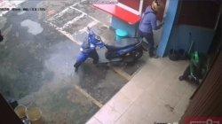 Tangkapan layar rekaman CCTV saat pelaku membobol pintu kedai Burger di Makasar, Jakarta Timur, Kamis (3/12/2020).