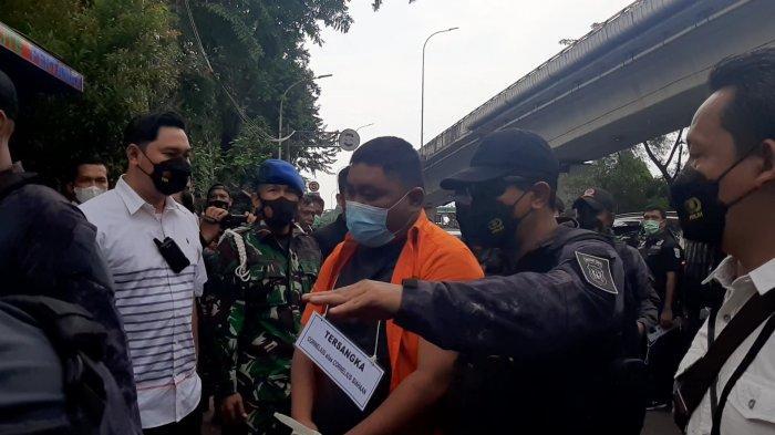 Suasana rekonstruksi soal penembakan yang dilakukan Bripka CS, di Raja Murah (RM) Kafe, Kecamatan Cengkareng, Jakarta Barat, Senin (29/3/2021).